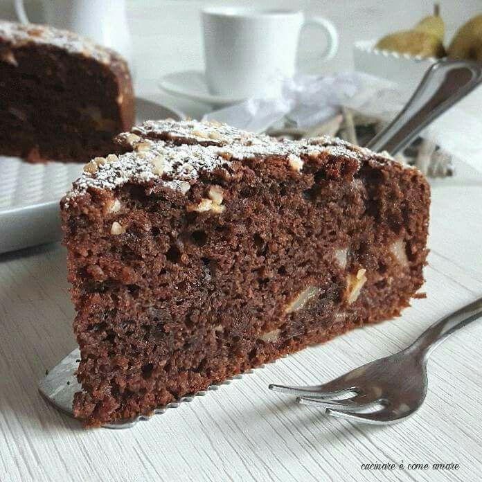 La torta con pere, cioccolato e mandorle è un dolce semplicissimo da realizzare e buonissimo. E' una torta molto soffice e umida.