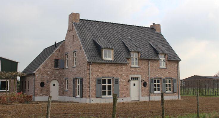 Midden in de Betuwe tussen Kesteren en Lienden is een prachtige Kempische woning gebouwd door Aannemersbedrijf M. Polman B.V.. Na eerst in een deel van de schuur gewoond te hebben, kunnen de bewoners nu genieten van een riant huis. Te midden van de landerijen en...