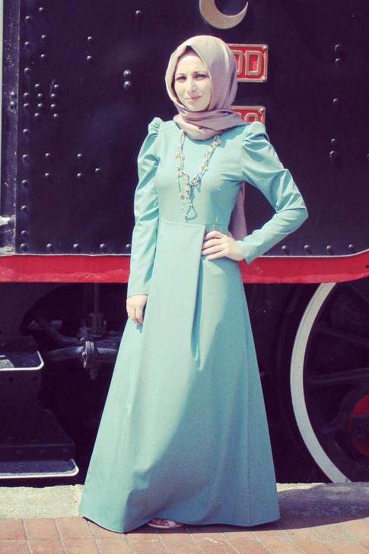 Karpuz kol mint yeşili tesettür elbise Kübra Biriktir  özel tasarımlarından olup 145 cm boyunda, yazlık gabardin kumaştan hazırlanmıştır.