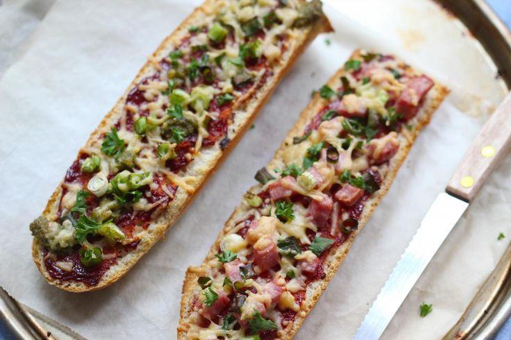 Op zoek naar een heel lekker en simpel recept voor pizzabroodjes? Kijk dan gauw verder, want dit recept is té lekker!