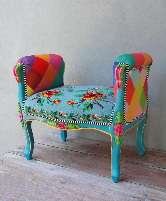 Este hermoso colorido Banco bohemio / silla está tapizada con un bordado a mano de época hermosa y fabulosa tela colorida. La silla se construye de dos sillas viejas para volver a utilizar las tallas de madera. La madera ha sido limpiada y lijado y luego cuidadosamente pintados a mano en los colores de los bordados. La pintura ha sido pintada para un resultado duradero. Es un broche sensacional tiene tubería doble blanco y negro para separar a la tela con la madera. Casi todos los…