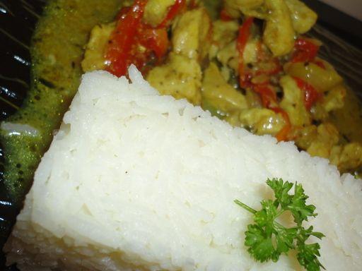 ananas, poivron rouge, lait de coco, filet de poulet, oignon, huile d'olive, curry, poivron
