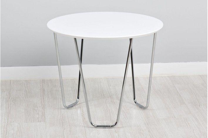 Perfecta en cualquier rincón de tu salón. #Mesa auxiliar redonda con tapa en color blanco y patas en nickel. #IdeasParaDecorar con #Merkamueble