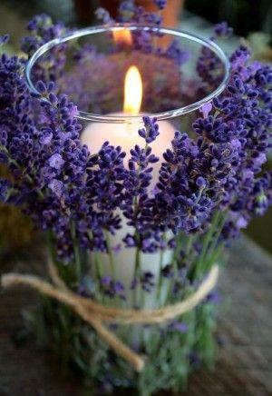 Lavendel om een glas met een kaars binden. Het ziet er super uit en als je de kaars aansteekt komt de geur van lavendel extra vrij.