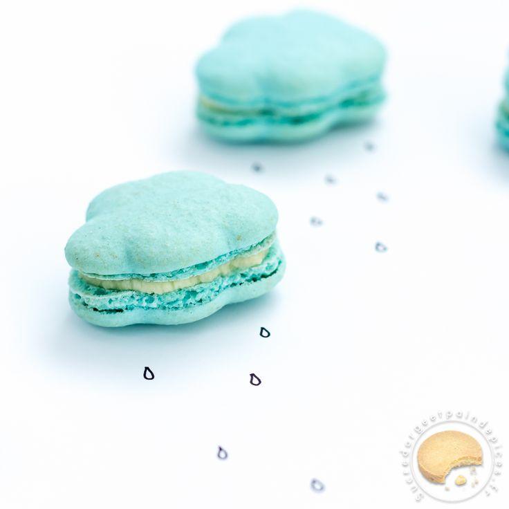 Macarons bleus en forme de nuage garnis d'une ganache montée au chocolat blanc et à la vanille.
