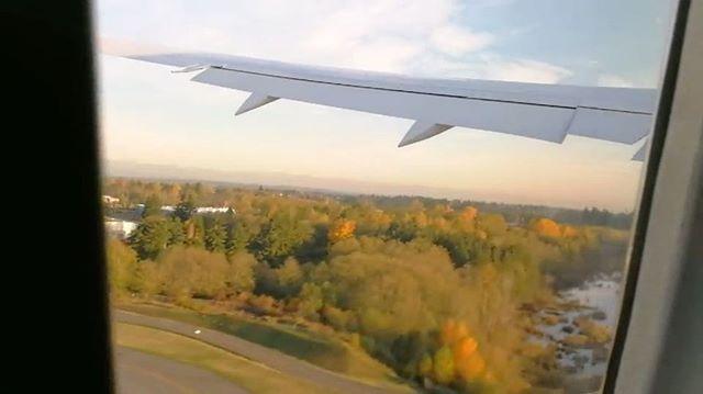 การบนไทยโดยนายอารพงศ ภชอม ประธานกรรมการ และ นางอษณย แสงสงแกว รกษาการกรรมการผอำนวยการใหญ รบมอบเครองบน Boeing 787-9 Dreamliner ลำใหม นามพระราชทาน พรหมบร เขาประจำฝงบน พรอมนำเครองจากโรงงาน Boeing ทเอเวอรเรต ประเทศสหรฐอเมรกา เดนทางตรงถงสวรรณภมโดยสวสดภาพ Boeing 787 Dreamliner เปนเครองบนทมความทนสมยและมประสทธภาพสง รนทใชรหส 787-9 นนจะมลำตวทยาวกวารนแรกทใชรหส 787-8 เลกนอยเพอใหรองรบผโดยสารไดมากขนเปนรวม 298 ทนง แบงเปนทนงชนธรกจแบบปรบเอนนอนราบได 180 องศาจำนวน 30 ทนง และทนงชนประหยดจำนวน 268 ทนง…