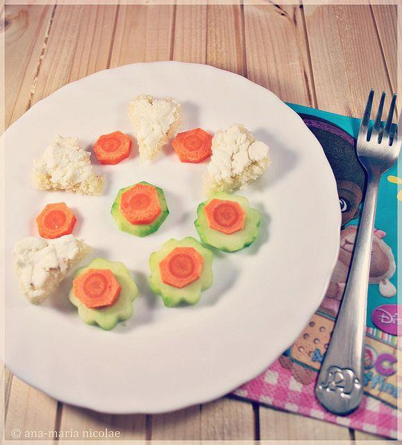 Mic dejun pentru copii cu inimioare cu branza de capra si flori din castravete  http://amainbucatarie.blogspot.ro/2014/01/mic-dejun-pentru-copii-inimioare-cu.html
