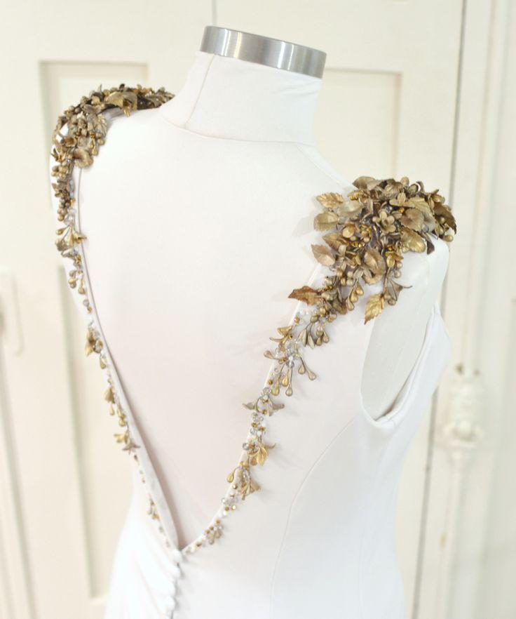 Aplicaciones en hombros y escote de la espalda. Nos encanta el oro viejo! - www.carmenmariamayz.com  #boda #wedding #bride #novia #weddingdress #vestido #altacostura #handmade #fashion