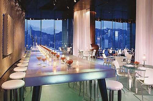Il ristorante all'ultimo piano dell'hotel Peninsula di Honk Kong offre una magnifica vista della splendida skyline della città e gli interni progettati da Philippe Stark aggiungono un ulteriore elemento visivo