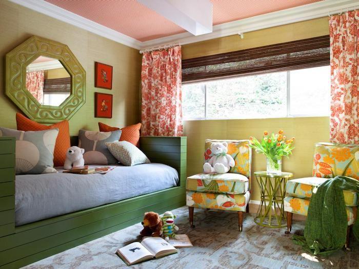 ein grünes Bett mit blauer Matratze, ein großer, grüner Spiegel, zwei bunte Sessel   schöne Zimmer