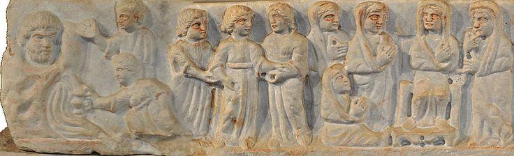 Крышка саркофага Адельфии (Сиракузы, конец IV века). Сцена слева — Мария у источника воды, причем источник изображен и как текущая вода, и как бородатый мужчина: это еще античный символ.