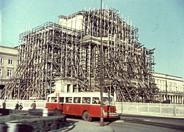 Teatr Wielki w odbudowie, zatłoczone Krakowskie Przedmieście. Tak wyglądała Warszawa w roku 1955. Prezentujemy unikalne zdjęcia Warszawy.