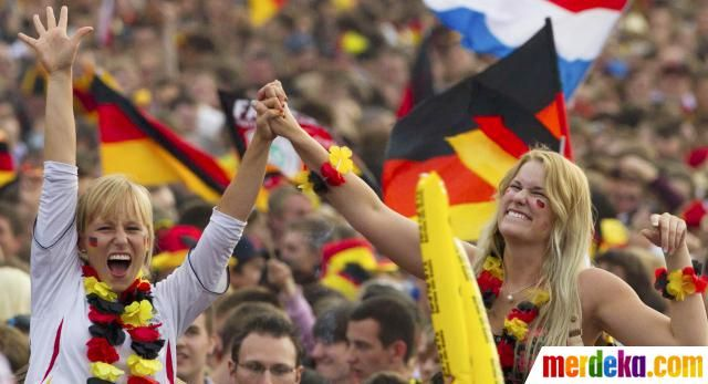 Dua suporter bersorak saat nonton bareng pertandingan timnas Jerman melawan Belanda.
