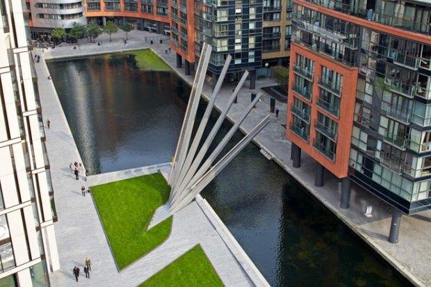 Nous devons cette passerelle hydraulique au studio d'architecture Knight Architects et aux ingénieurs de AKT II. Long de 5,5 mètres, ce pont-levis pour piétons est situé dans un quartier récent de Paddington à Londres.  Une fois levée, grâce à des contre-poids et un système hydraulique, la passerelle « Merchant Square footbridge » composée de cinq éléments, se transforme en une oeuvre d'art inspirée par les éventails japonais. Un vrai bijou d'esthétisme et d'ingénierie.
