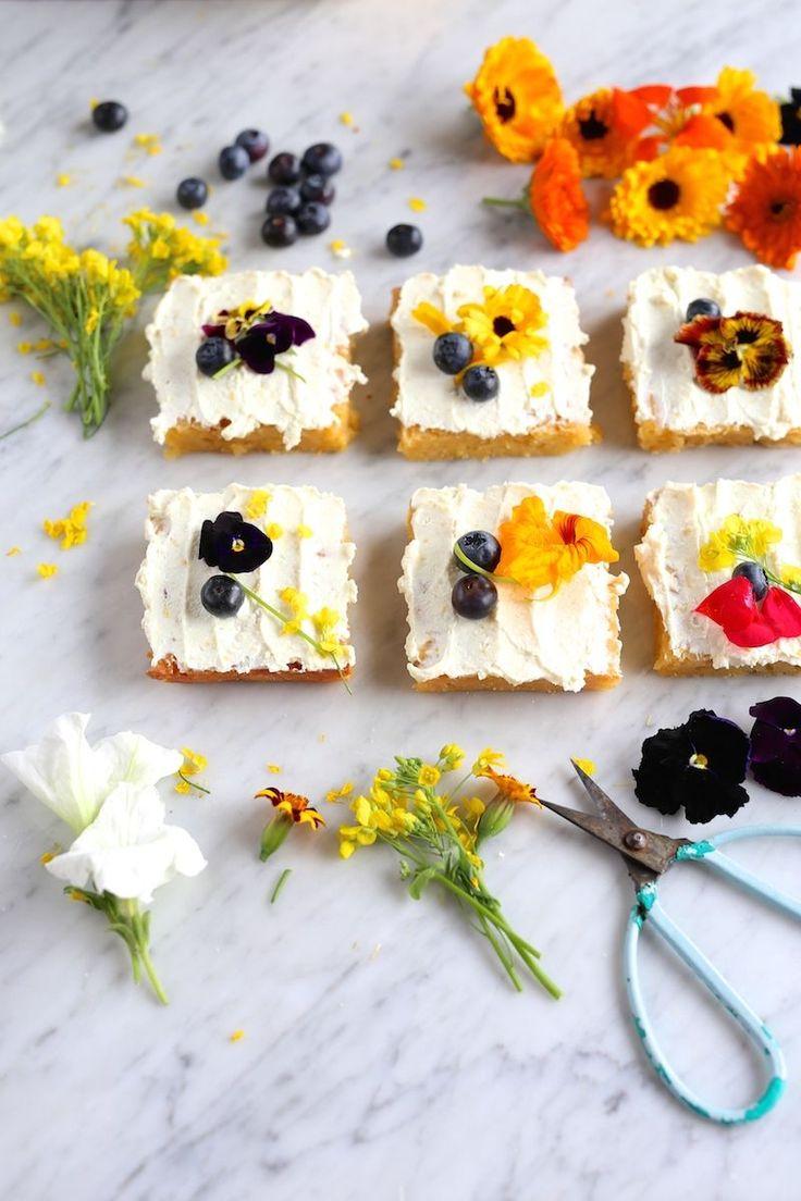 Prosty placek cytrynowy i kwiaty jadalne