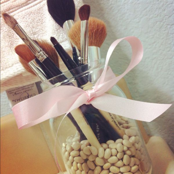 To make the brushes stay vertical in the jar you can put beads, beans or sand on the bottom.