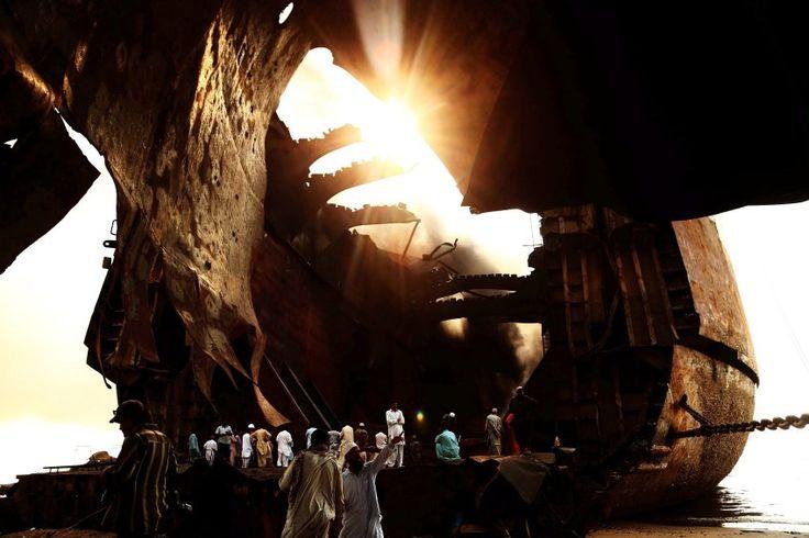 Heißer Rauch  (03.11.2016)      Einen Tag nach einem verheerenden Feuer auf einem Öltanker in Pakistan steigen noch immer Rauchschwaden aus dem Schiff. Bei einer Explosion auf dem Schiff in der Nähe der pakistanischen Millionenmetropole Karatschi waren mindestens 18 Menschen gestorben und mehr als hundert verletzt worden.
