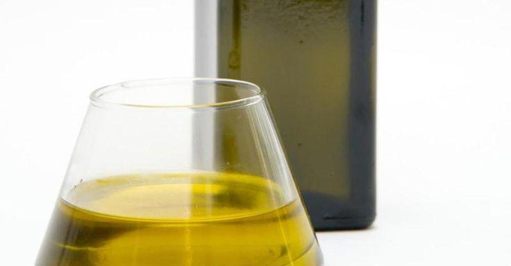 Olivenöl gilt als gesund und bekömmlich - doch nun sorgt Stiftung Warentest mit dem Olivenöl-Test für Aufsehen. Jedes zweite Olivenöl fiel im Test mit mangelhaft durch.