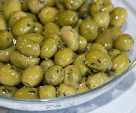 Le olive schiacciate sono una preparazione tipica del Sud Italia. Sono perfette da offrire come antipasto grazie al loro gusto piccante ma molto gradevole.