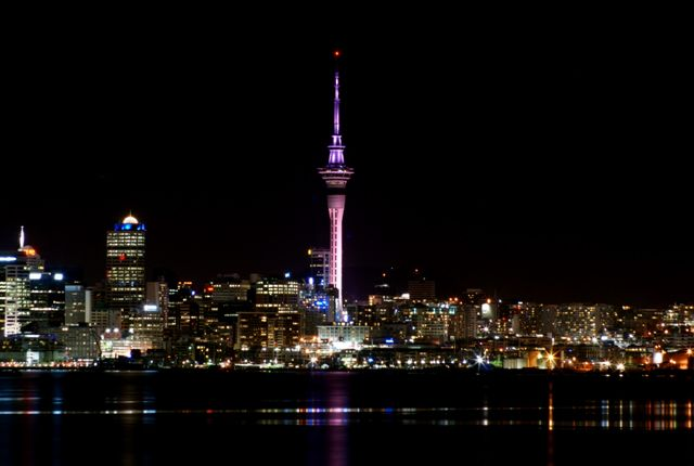 A Sky Tower egy kommunikációs és megfigyelőtorony Új-Zéland legnagyobb városában, Aucklandben. 328 méteres magasságával kivívta magának a déli félteke legmagasabb szabadon álló szerkezettel rendelkező épülete címet. Auckland látképének ikonikus tagja, melyből a kilátás elképesztő, akár 80 kilométerre is ellátni.