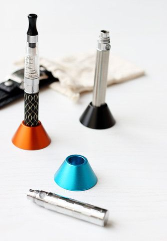 E-CIGARETTE ALUMINUM HOLDER € 5.85 Stylish and practical holder for your e-cig.  This little tripod is easy to carry with you everywhere, and you have a suitable place to put your e-cigarette in when not in use. The holder is in an attractive aluminum design and you can get it in 7 cool colors.  Have you often been annoyed that you do not really have any good place to put your e-cigarette? To articulate your e-cigarette and risk violating your Clearomizer?