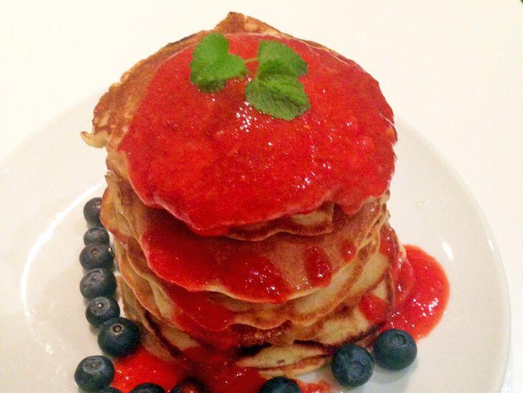 Amerikanske pannekaker med jordbærsaus