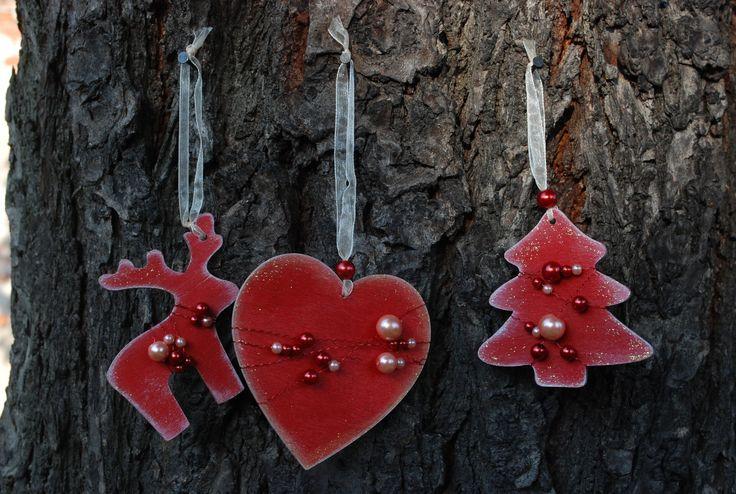 Vánoční+ozdoby+-+perličky+004+Vánoční+ozdoby+z+překližky.+Ručně+malované+z+obou+stran.+Opatřené+jemnou+bílou+patinou+a+perletí.+Dozdobené+barevnými+perličkami.+Stužka+na+zavěšení.+Vhodné+na+ozdobu+vánočního+stromečku,+ale+i+pro+jakoukoliv+vánoční+dekoraci.+Set+obsahuje+3+ks+(1x+stromeček,+1x+sob,+1x+srdce).+Rozměry+cca:+7+cm+barva:+červená+Každý+kus+je+ručně...