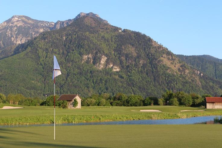Der 18 Loch Golfplatz in Grassau ist herrlich in die Landschaft eingebettet. Golfer genießen hier einen wunderschönen Blick auf die Chiemgauer Alpen. Hier zu sehen ist der Schnappenberg mit Schnappenkapelle. http://www.grassau.de/de/golf-minigolf
