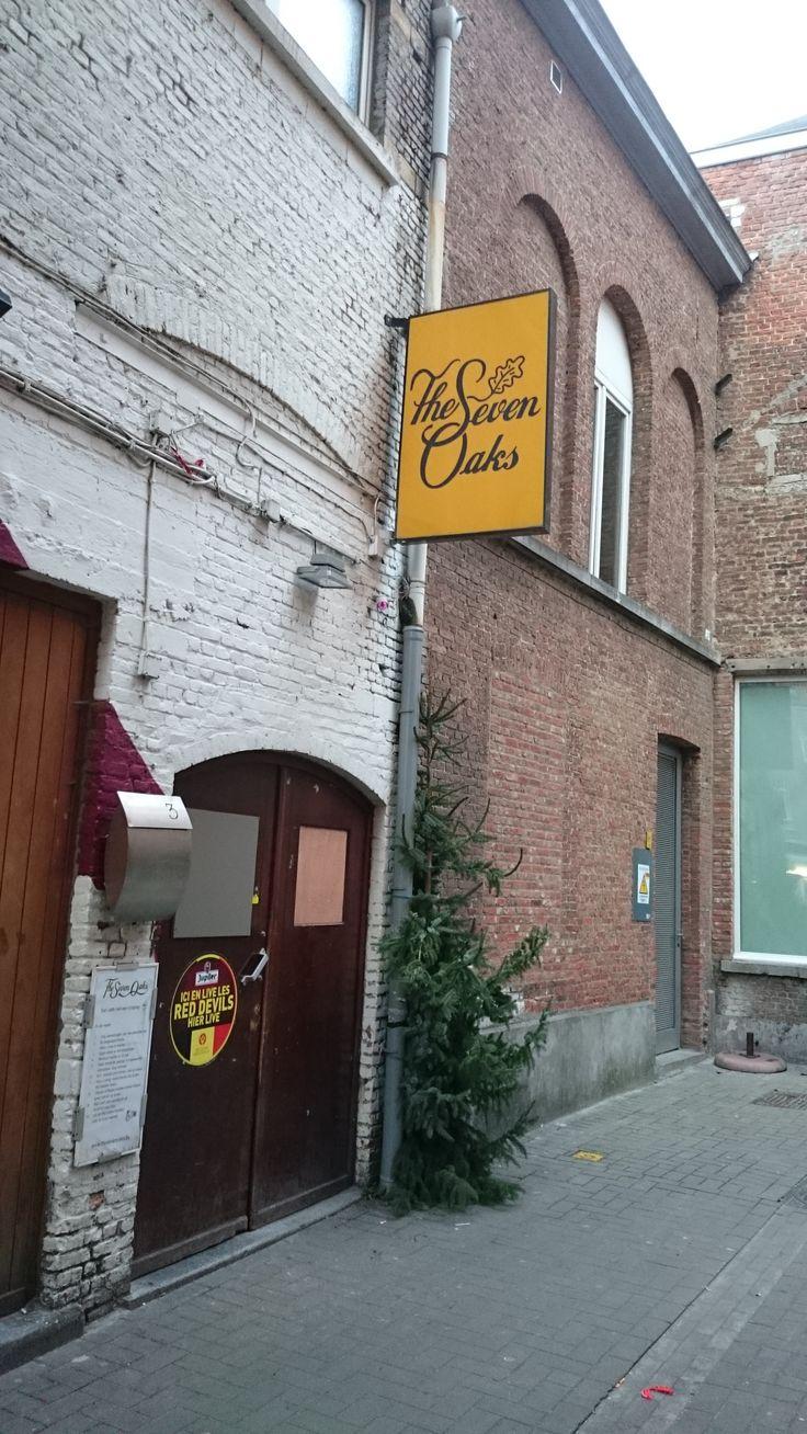 The 7 Oaks staat bekend als een gezellige kroeg in een authentieke kelder. Het is een vaste waarde in Leuven. Je kan hier gezellig babbelen of eens flink uit de bol gaan.