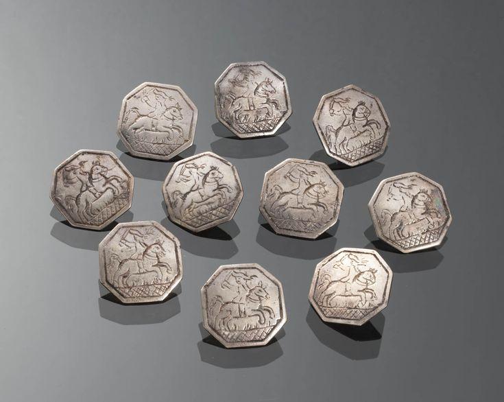 Set zilveren ruiterknopen Set knopen van tweede gehalte zilver, tussen 1890 en 1893 vervaardigd door Jan Jonker te Meppel. Dit model werd in meerdere delen van het land gedragen. Bij binnenkomst in het museum zijn de knopen toegeschreven aan Friesland. Gezien de datering (1890-1893) is dit onwaarschijnlijk, omdat toen in Friesland geen streekdracht meer werd gedragen door mannen. #Friesland