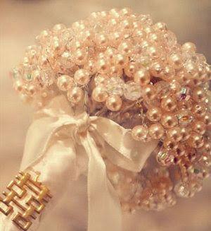 Buquê pode ir além das flores! Pérolas são um exemplo de beleza e suavidade! E no link tem tutorial!