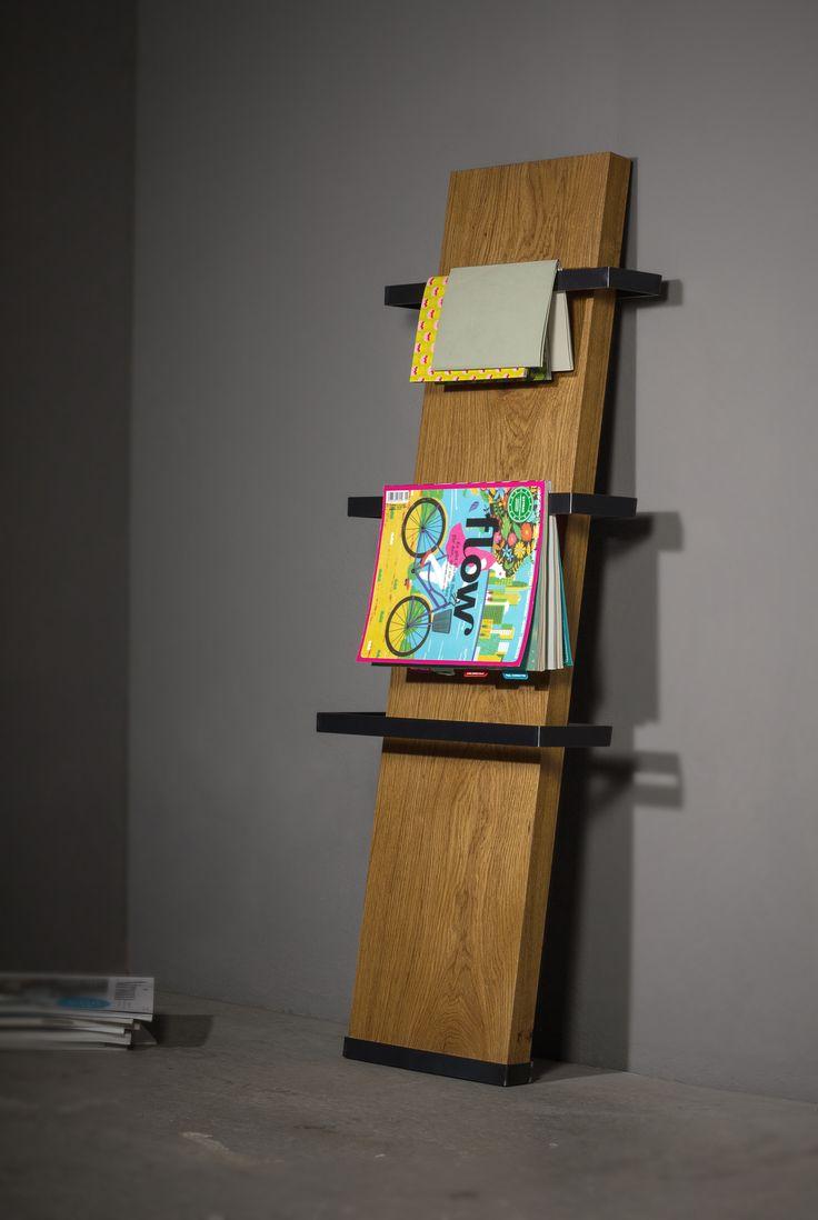 SCHWEIßDRAHT Werkstatt _ Zeitungsständer PLÄTTBRETT _ lässig lehnt der Zeitungsständer an der Wand, auch wenn es eng wird, das schmale Brett schummelt sich locker dazwischen, und dank der übersichtlichen Aufhängung aus robusten Stahl ist für Übersicht gesorgt – ganz ohne Eselsohren _ www.schweissdraht-werkstatt.de