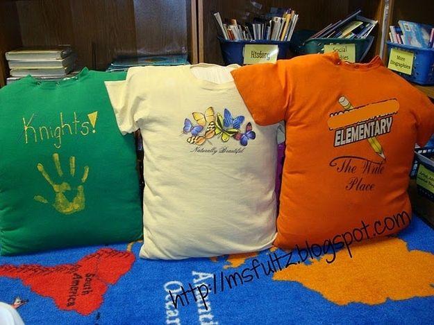 Maak leuke, goedkope kussens door oude T-shirts op te vullen met oude kussens. Leuk voor de leeshoek!