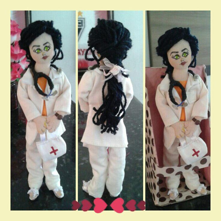 Nana Dolls - Boneca enfermeira. Apartir de R$ 50,00.  Veste: blusa de malha laranja composta por um jaleco branco de gabardine e calça de oxford. Detalhes em fitas de cetin, cabelo de lã,  rosto em pintura no tecido, sapato preso a peça. detalhes mínimos como; relógio e estetoscópio. Também Com a opção de embalagem presenteavel    contatos:  whatsapp: (77)9-99813735 facebook: Nay Anjos email: nana_anjosaraujo@hotmail.com