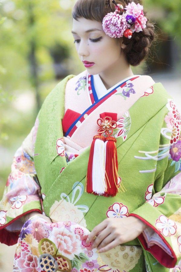 打掛『抹茶花くす玉』、掛下『コーラルピンク鳳凰』箔押しの扇面に刺繍された花くす玉が可憐かつ華やか。萌え出る若芽の色が花嫁さまの人生の佳き日を彩ります。