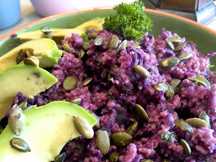 Nieuw recept: Couscoussalade met rode kool:  Lekkere couscoussalade geserveerd met oerhollandse rode kool, lekker frisse-zoet-zure combinatie! Deze salade is lekker koud te eten op een warme zomerdag of als bijgerecht bij een barbecue. Als andere smaakmaker kun je de peterselie vervangen door verse koriander, ook lekker met falafel en knoflooksaus! http://wessalicious.com/couscoussalade-met-rode-kool/