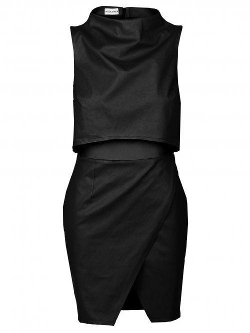 Czarna sukienka z wycięciami. Dzięki efektownym wycięciom idealnie podkreśla talie oraz nogi. #MODLISHKA
