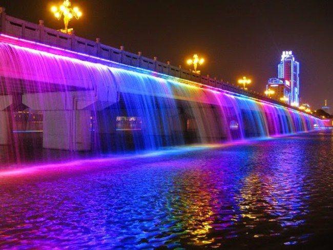 Fuente Moonlight Rainbow del Puente Banpo en el río Han. Seúl, Corea del Sur