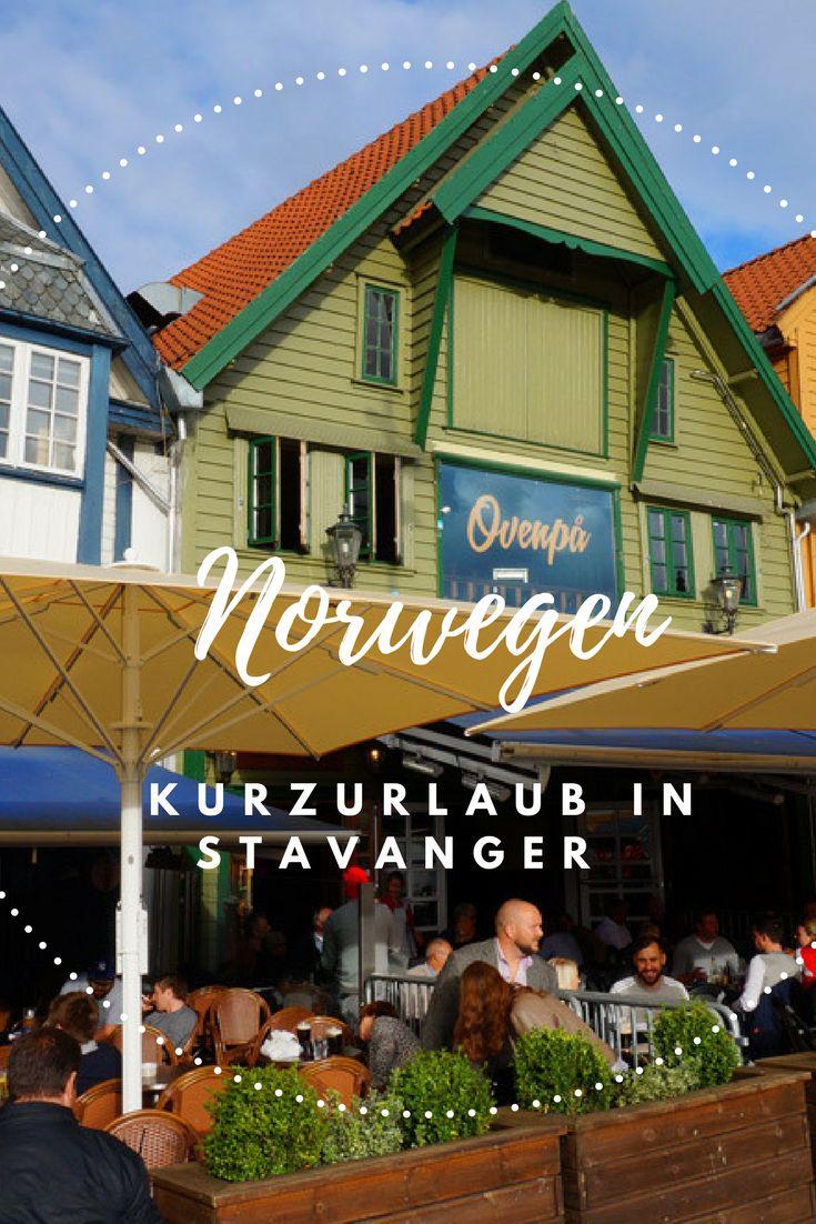 Stavanger auf eigene Faust – Über einen Spaziergang und Hüpfen auf Fischeiern. Im Sommer ist norwegens Ölhauptstadt am schönsten. Die Sonne wirft ein warmes Licht auf die schönen Holzfassaden der Häuser und das Wasser. Segelbote ankern in der Ferne und Ki