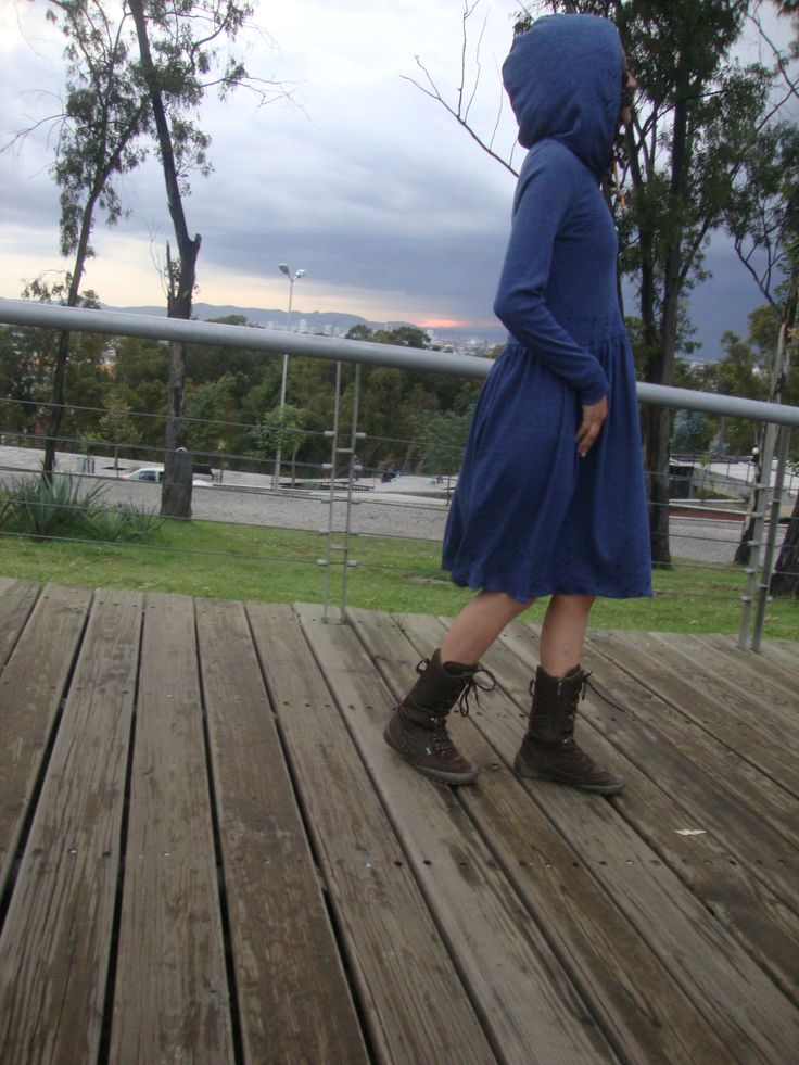 Vestido color azul pizarra,corte a la cintura, con detalles estampados,gorro y bolsa lateral izquierda con pliegues. Tela de algodón,muy cómodo,elegante. Adecuado para la temporada invernal. Talla chica. Informes: www.facebook.com/... whats app 2225480764