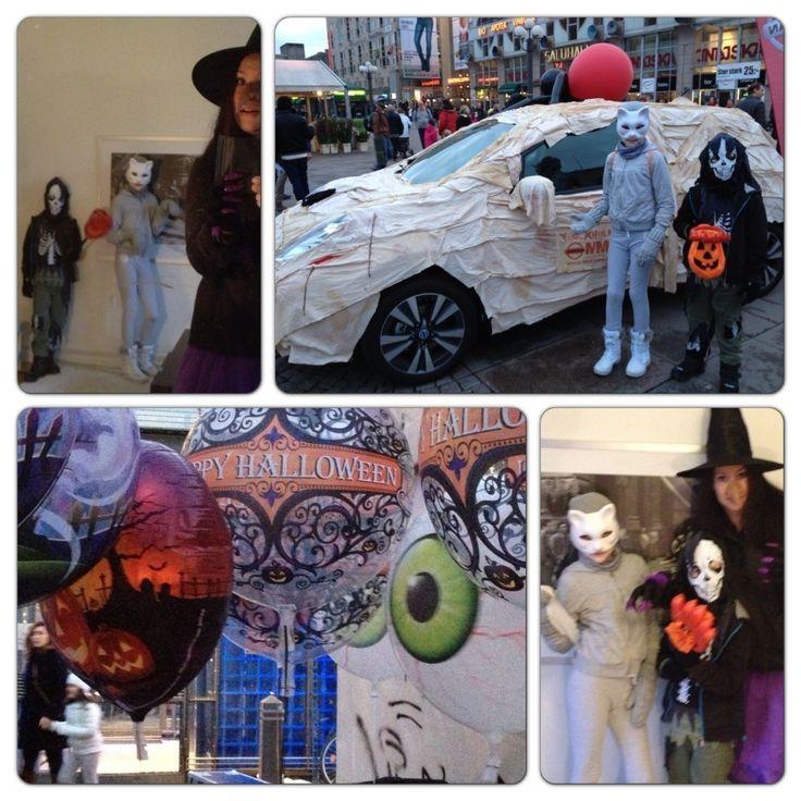 För fjärde året i rad arrangeras Shockholm, Stockholms enda och största Halloweenparad. 2000 personer deltog förra året och vi var några av alla dom som gick med. Med lite tur hinner vi vara med i år med, men då måste vi vara snabba hem från Parken Zoo. Hmm, jaja, vi får se. Men det är riktigt häftigt att se alla som klär ut sig. Så här såg vi utförra året:  Och så här såg vi ut år 2011 när Paraden Shockholm hade premiär, ca 1000 personer gick med då. Och jag kommer ihåg att vi…