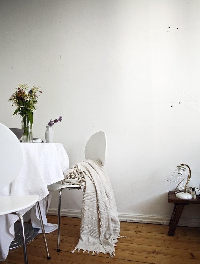 ruokapöytä, kukkakimppu, oma koti