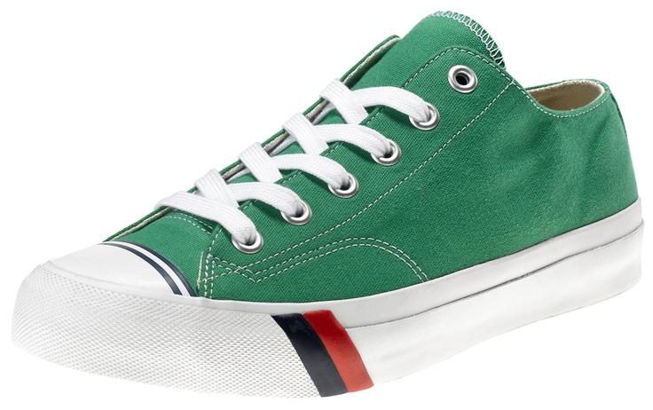 La prima scarpa creata da PRO-Keds nel 1949 fu la Classic Royal, una scarpa da basket in canvas, in versione sia high che low, con due strisce distintive, una blu e una rossa, vicino alla suola. Fu la prima scarpa da basket. Athletes World ripropone in esclusiva per l'Italia questa scarpa in perfetto stile vintage.    Prezzo: 60.00€    SHOP ONLINE: http://www.athletesworld.it/pro-keds-royal-low-pro-keds-8897032