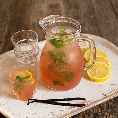 Inget är så läskande som ett glas iskall lemonad. Här med vårig smak av rabarber. Genom att kallröra lemonaden lockas den fina smaken fram mer skonsamt, vilket i slutändan ger en helt underbar dryck. Inte blir det sämre med en vaniljstång i.
