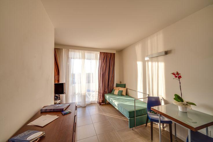 Le camere, dotate di arredi moderni, grandi vetrate e servizi utili, rendono uniche le vacanze al Blu Suite!