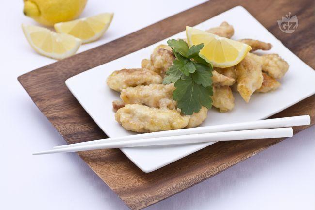 Il pollo al limone è un secondo piatto cinese molto amato nella sua patria:viene tagliato a listarelle, fritto nell'olio di semi, e condito con una salsa al limone.