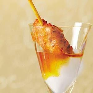 Bekijk de foto van lydiab met als titel APERITIEF  Ingrediënten voor 8 personen:  8 kipspiesjes piri piri (2 bakjes à 90 gram)  8 theelepels Griekse yoghurt  8 theelepels mangochutney (pot à 340 g)    Bereiding:  Verwarm de spiesjes volgens de aanwijzing op de verpakking in de magnetron.  Schep in 8 glaasjes een theelepel yoghurt en een theelepel mangochutney.  Steek de warme spiesjes erin en serveer direct. en andere inspirerende plaatjes op Welke.nl.