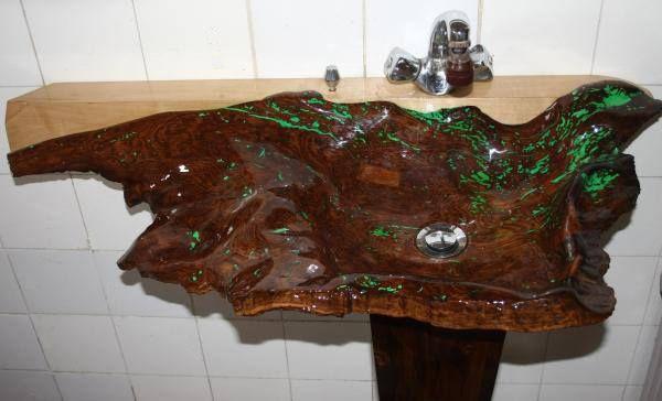 Wood sink of solid wood.Umywalka drewniana z litego drewna.