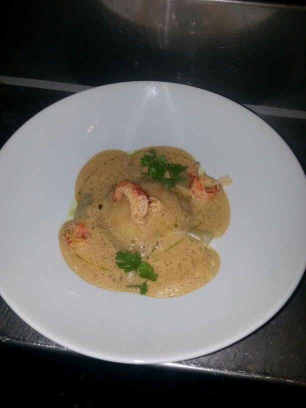 Lobster Thursday: Ravioli van kreeft met een schuimige schaaldierensaus.