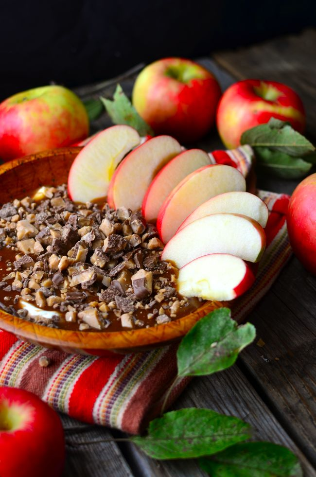 Yammie's Noshery: Caramel Toffee Cheesecake Apple Dip